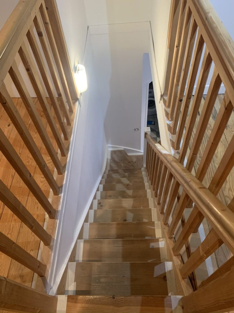 Peintreno escalier en bois